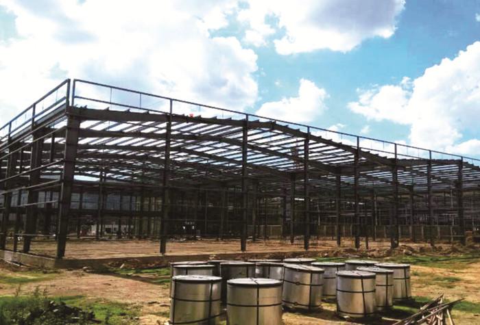 项目简介 云南玉溪香精香料有限公司钢结构厂房  本项目位于玉溪市九龙池工业园区,建筑形式为门式刚架,有女儿墙,含6个单位,总面积14560,不同颜色的维护彩板和收包边,对施工技术的要求更高。 项目合作时间:2018年6月--至今 案例效果